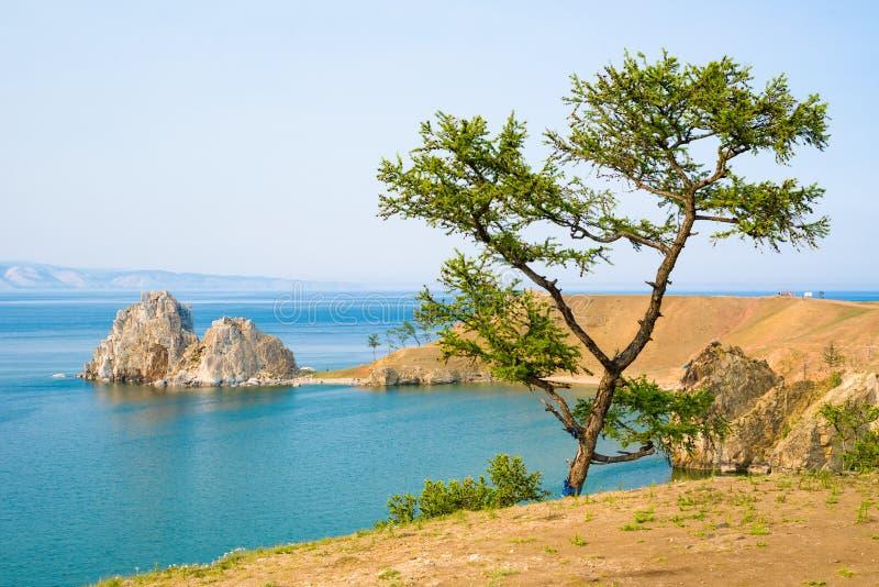 Vista de la roca de Shamanka, cabo Burhan en la isla de Olkhon Lago Baikal, Rusia imagen de archivo