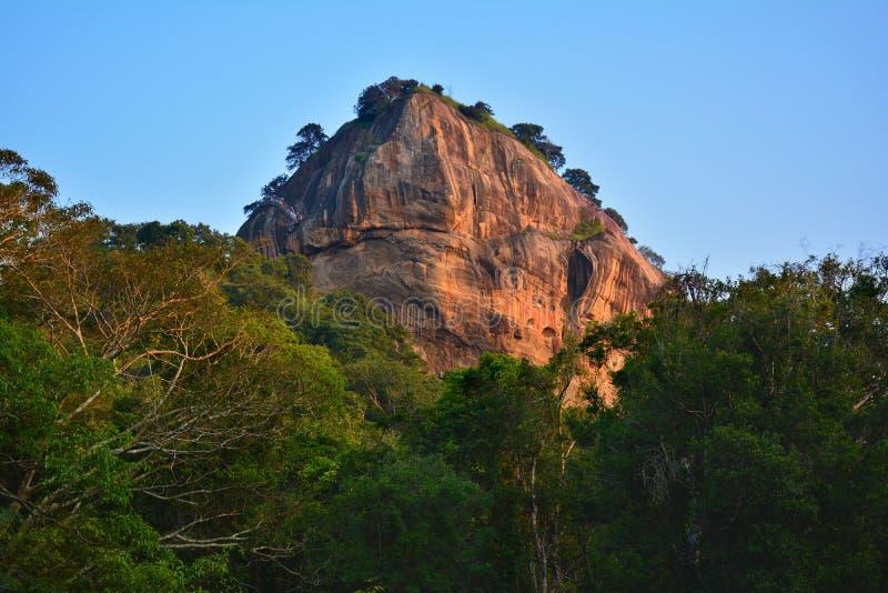 Vista de la roca de Sigiriya de la selva en la puesta del sol, Sri Lanka imagen de archivo