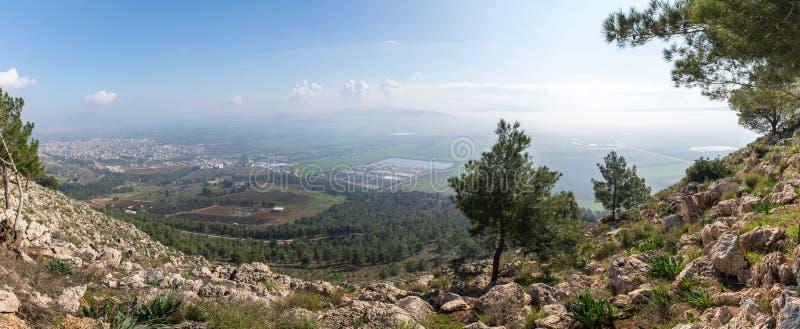 Vista de la salida del sol del precipicio del soporte cerca de Nazaret en el valle adyacente imágenes de archivo libres de regalías