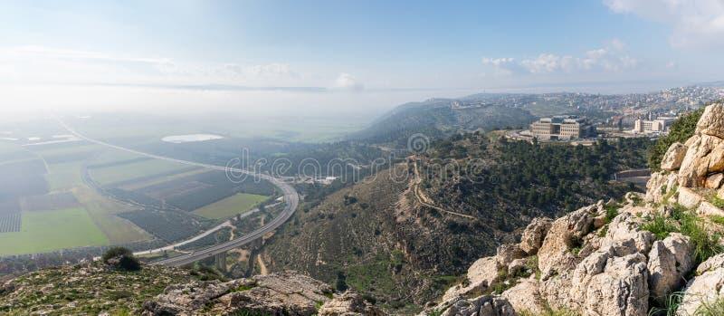 Vista de la salida del sol del precipicio del soporte cerca de Nazaret en el valle adyacente imagen de archivo libre de regalías