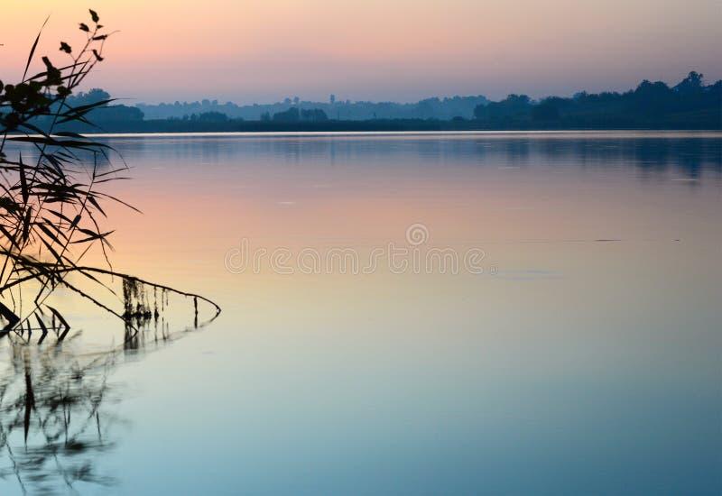 Vista de la superficie tranquila Ucrania del agua imagenes de archivo