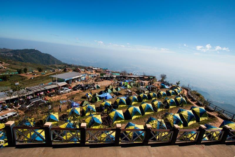 Vista de la tienda turística que acampa en la montaña de la gama en vacaciones relaje el lugar de la señal del viajero cerca del  imágenes de archivo libres de regalías