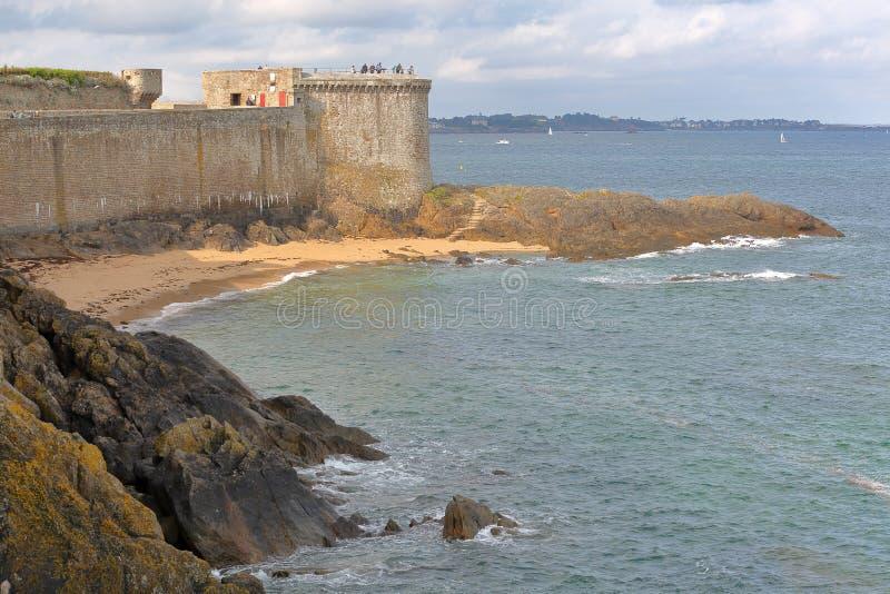 Vista de la torre de Bidouane, situada a lo largo de los terraplenes dentro de la ciudad emparedada de Saint Malo fotografía de archivo libre de regalías
