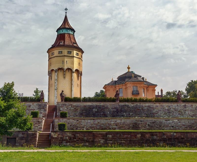 Vista de la torre de agua y de la casa Pagodenburg en la ciudad alemana de Rastatt fotos de archivo libres de regalías
