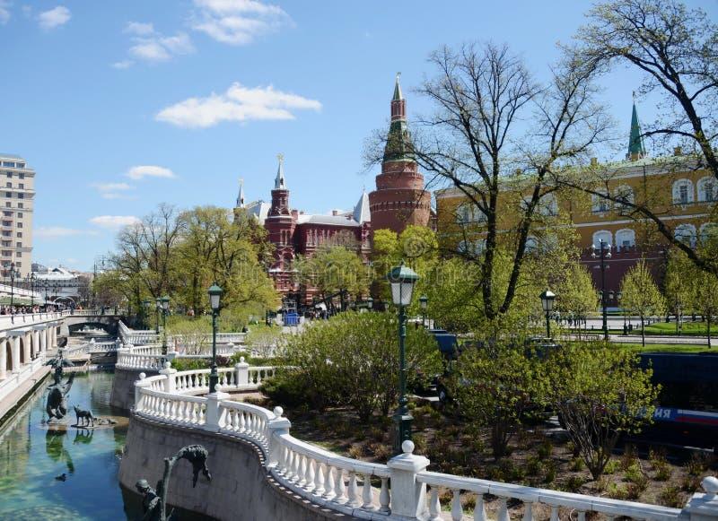 Vista de la torre de la esquina del arsenal de la Moscú el Kremlin de Alexander Garden imagen de archivo libre de regalías