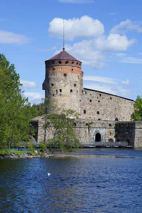 Vista de la torre del día soleado de Olavinlinna de la fortaleza Savonlinna, Finlandia foto de archivo libre de regalías