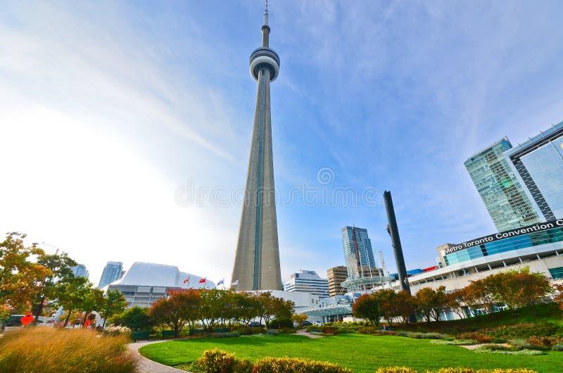 Vista de la torre del NC de un parque en Toronto imagen de archivo libre de regalías