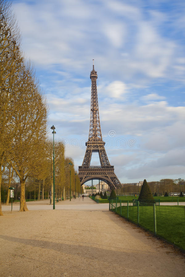 Vista de la torre Eiffel del Champ de Mars después de la salida del sol imagen de archivo libre de regalías