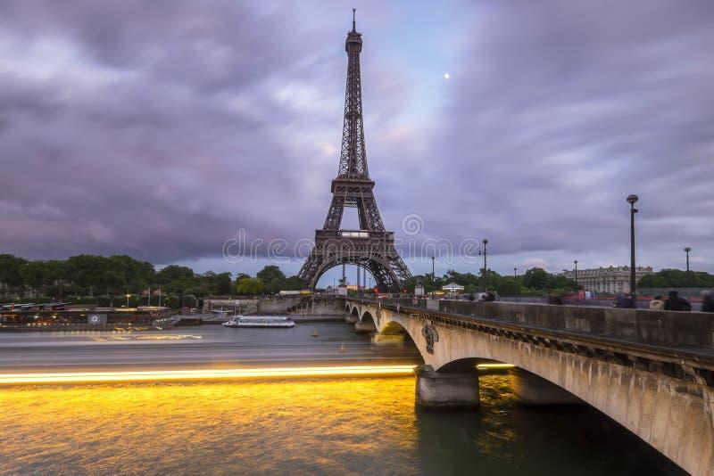 Vista de la torre Eiffel durante puesta del sol azul nublada de la hora fotos de archivo libres de regalías