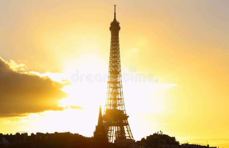 Vista de la torre Eiffel en la puesta del sol, París fotografía de archivo libre de regalías
