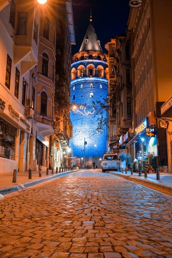 Vista de la torre de Galata en la noche imagenes de archivo