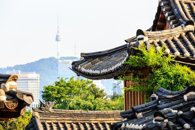 Vista de la torre de Namsan del pueblo de Bukchon Hanok, Seúl, Corea del Sur foto de archivo libre de regalías