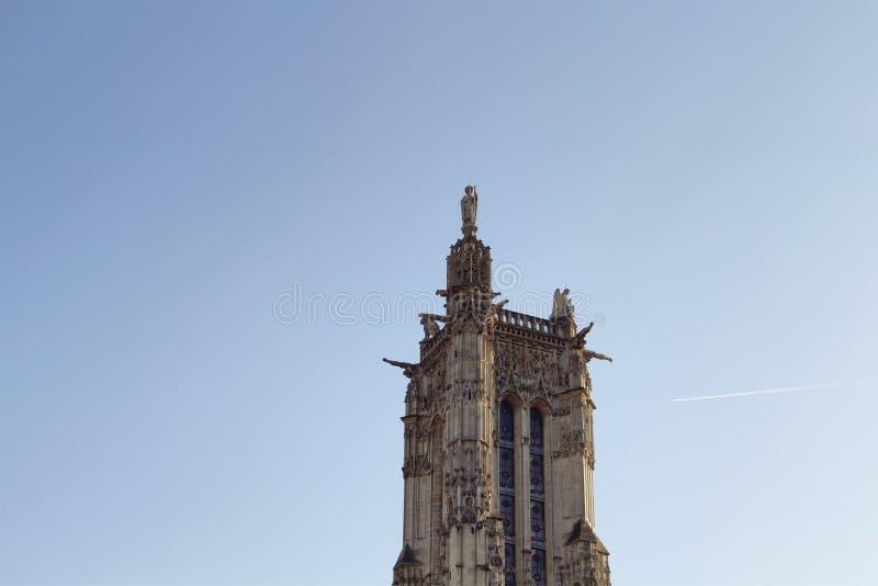 Vista de la torre de Santo-Jacques con el cielo imagenes de archivo