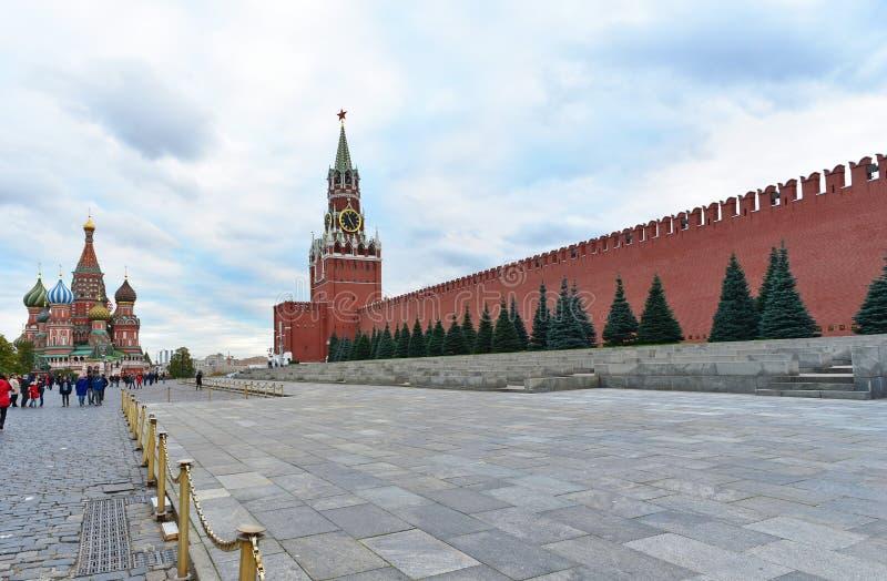 Vista de la torre de Spasskaya del Kremlin y de la albahaca del St la catedral bendecida Plaza Roja, Moscú Rusia imágenes de archivo libres de regalías