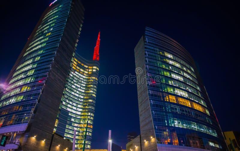 Vista de la torre de Unicredit por noche en el área moderna de Milán cerca del ferrocarril de Garibaldi, Italia fotos de archivo
