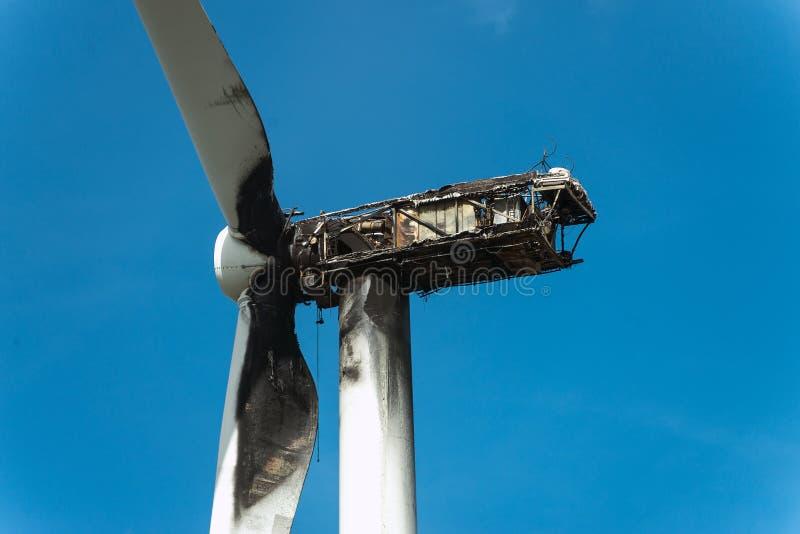 Vista de la turbina de viento quemada foto de archivo libre de regalías