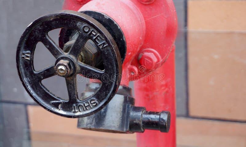 Vista de la válvula del equipo de la protección contra los incendios en una industria imagen de archivo
