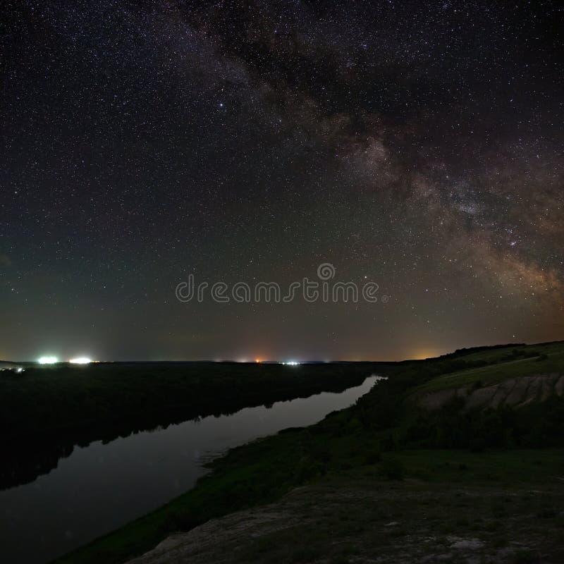 Vista de la vía láctea sobre el río Estrellas brillantes del cielo nocturno Fotografía astronómica con una exposición larga imagenes de archivo