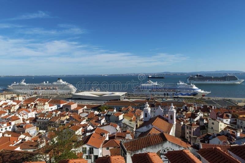 Vista de la vecindad de Alfama del punto de vista de Santa Luzia, con los barcos de cruceros en el río Tagus en Lisboa fotografía de archivo