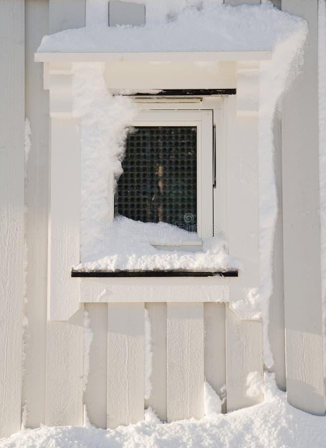 Vista de la ventana nevosa de madera fotografía de archivo libre de regalías
