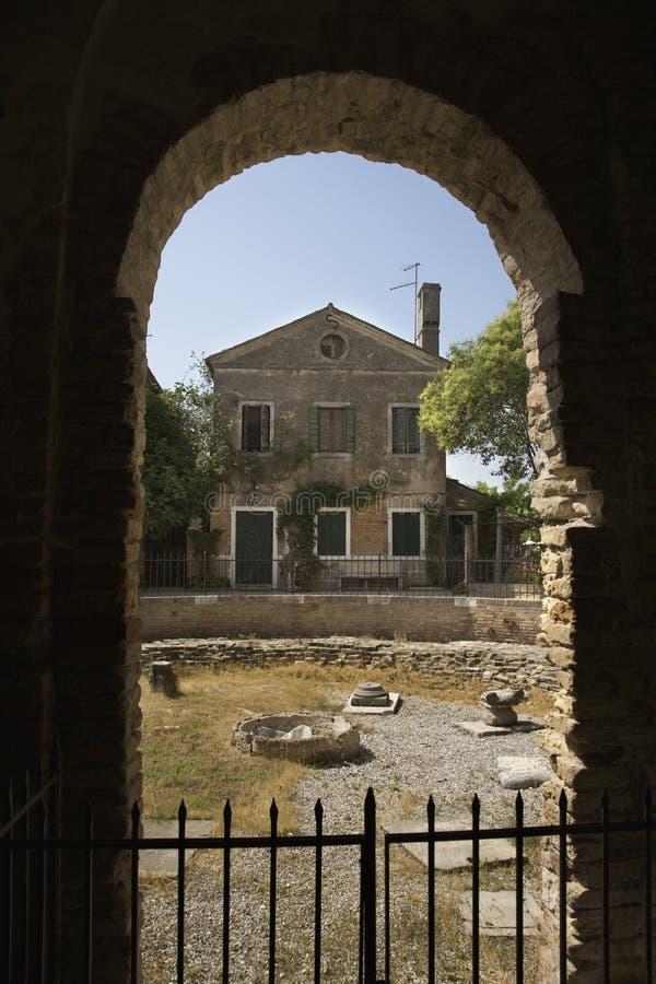 Vista de la vivienda italiana a través de la arcada. imagenes de archivo