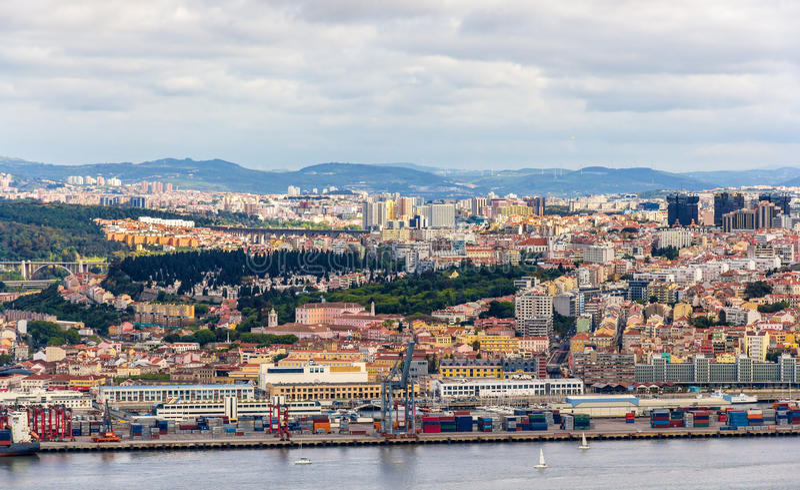 Vista de la zona portuaria de Lisboa foto de archivo libre de regalías