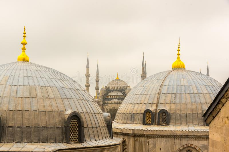 Vista de las bóvedas azules de la mezquita y de Hagia Sophia de Hagia Sophia imagen de archivo libre de regalías