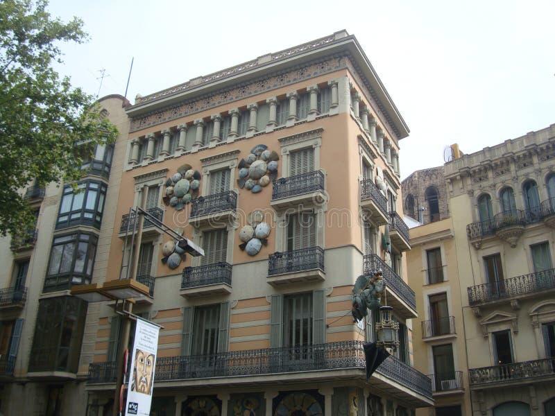 Vista de las casas hermosas en el La Rambla en Barcelona imagenes de archivo