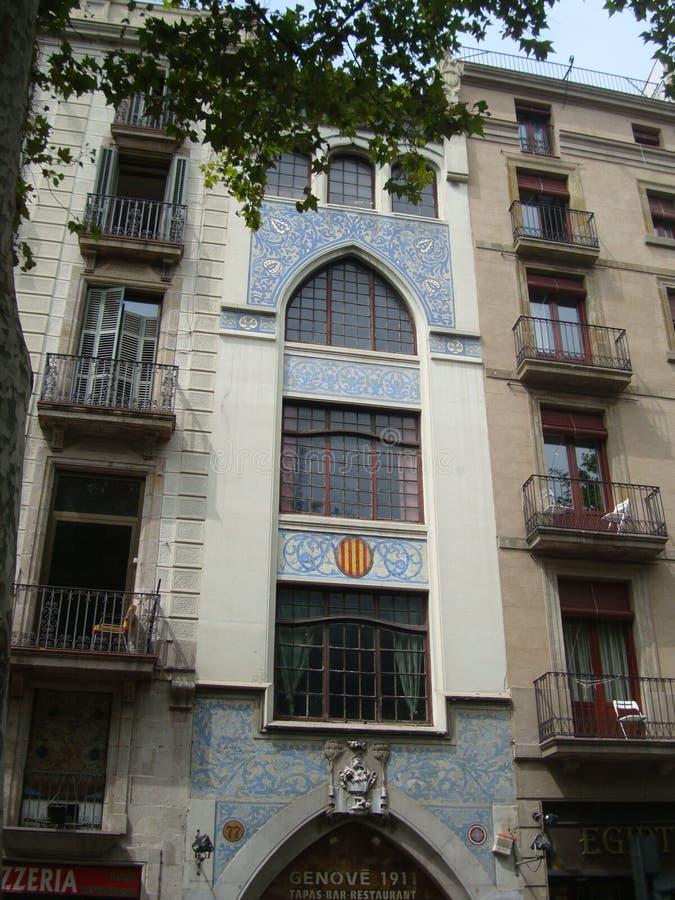 Vista de las casas hermosas en el La Rambla en Barcelona fotografía de archivo