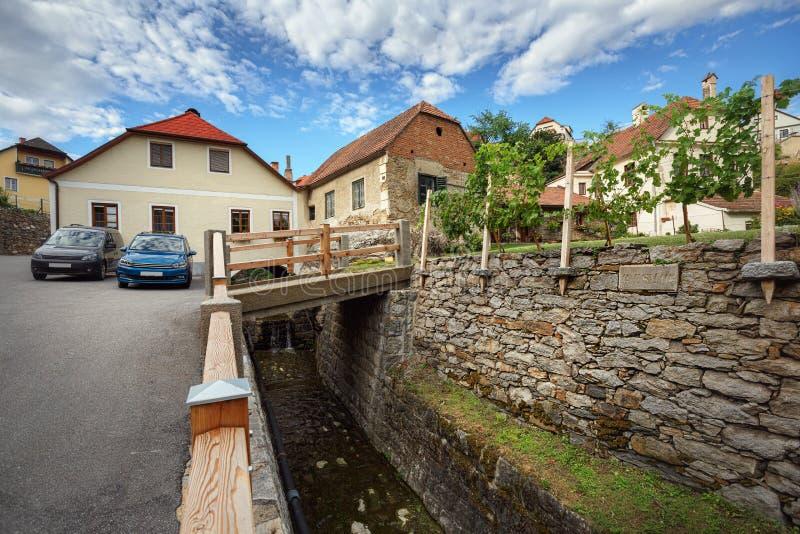 Vista de las casas viejas y de un puente sobre una zanja Weissenkirchen en el der Wachau, una Austria más baja foto de archivo