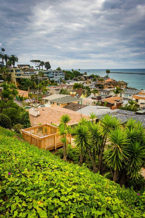 Vista de las casas y del Océano Pacífico en Corona del Mar, Californ foto de archivo