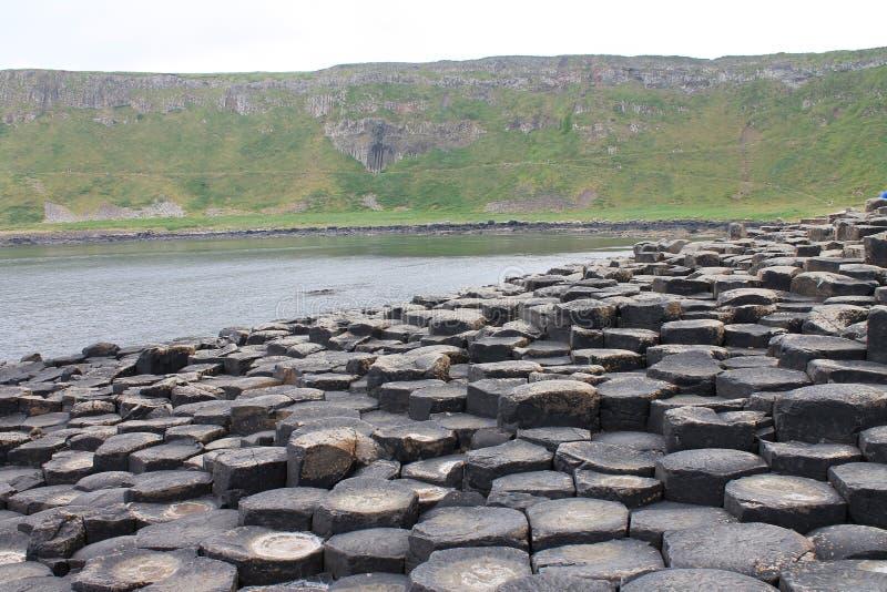 Vista de las columnas y de los acantilados hexagonales del basalto fotos de archivo libres de regalías