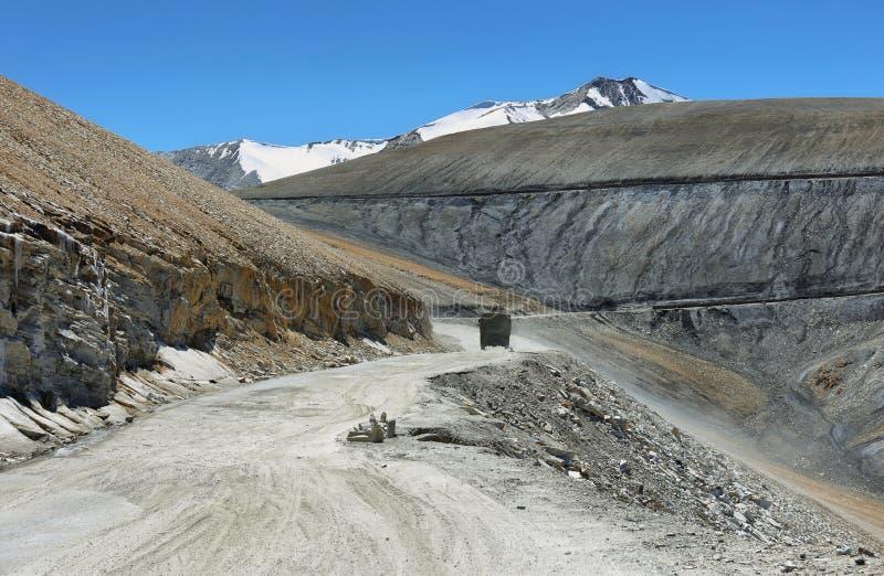 Vista de las curvas y montañas en Taglang La pass, Ladakh, India imagen de archivo