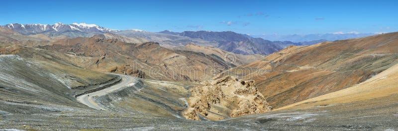 Vista de las curvas y montañas en Taglang La pass, Ladakh, India fotografía de archivo