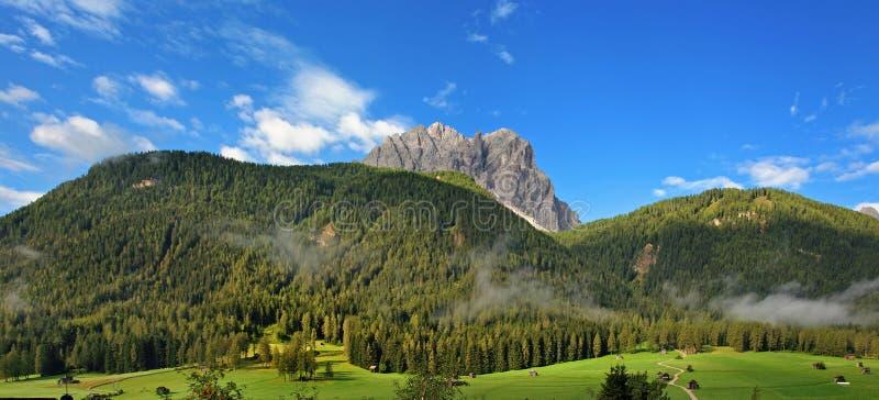 Vista de las dolomías - Sexten, Italia fotografía de archivo