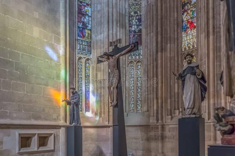 Vista de las estatuas dentro de la iglesia gótica en el monasterio de Batalha, Mosteiro DA Batalha, literalmente el monasterio de fotografía de archivo libre de regalías