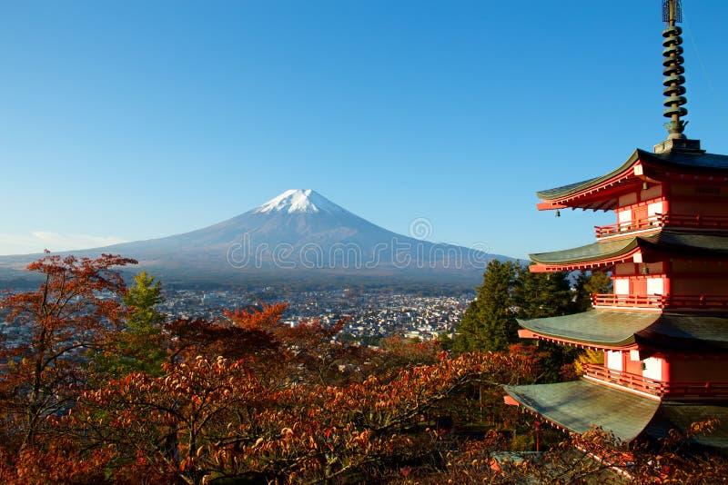 Vista de las hojas de otoño y del Mt fuji fotografía de archivo