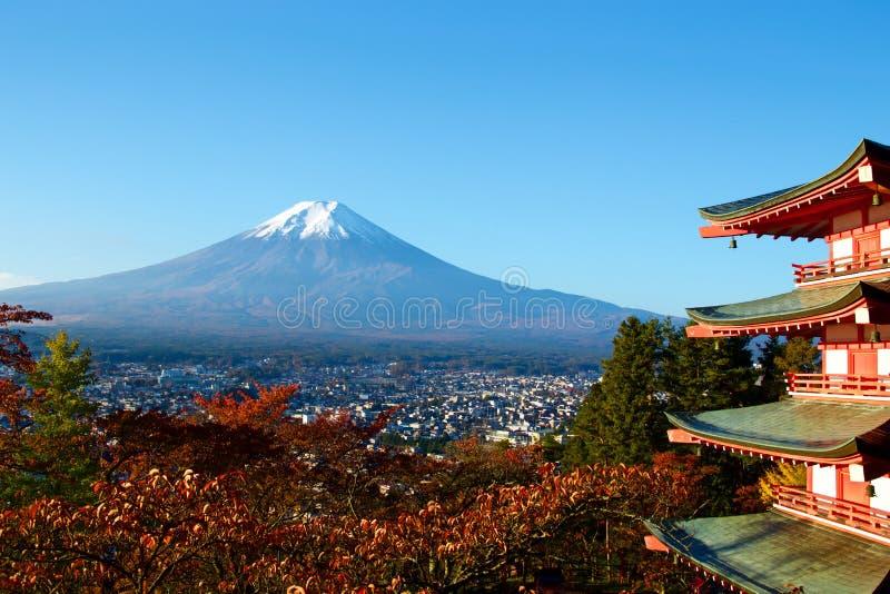 Vista de las hojas de otoño y del Mt fuji imagen de archivo libre de regalías