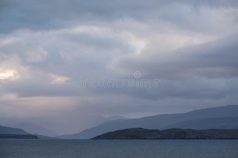 Vista de las islas escocesas en gran parte deshabitadas conocidas como las islas del verano tomadas del continente, al norte de P fotos de archivo