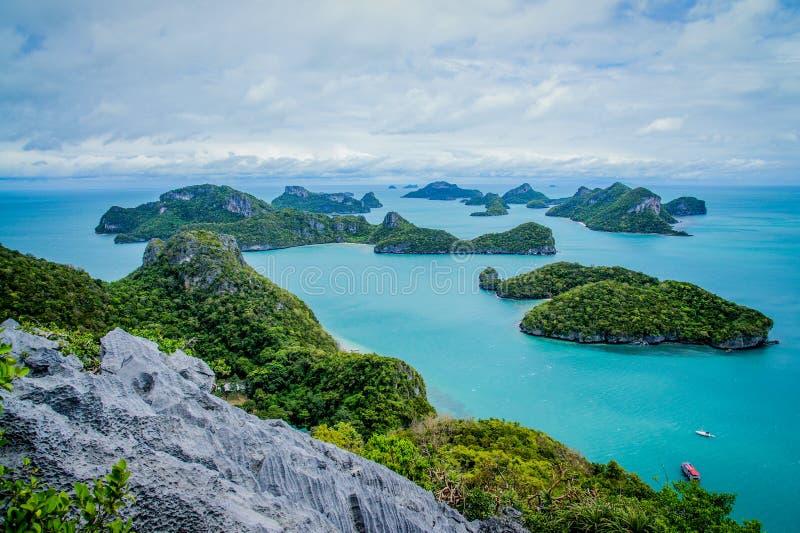 Vista de las islas y del cielo nublado del punto de vista de MU Ko Ang Thong National Marine Park cerca de Ko Samui en el golfo d fotos de archivo