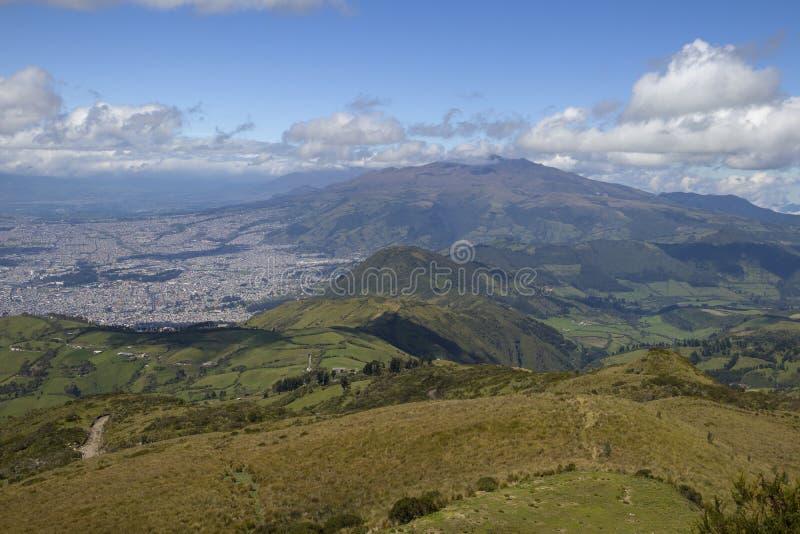 Vista de las montañas alrededor de Quito, Ecuador del TelefériQo fotografía de archivo libre de regalías