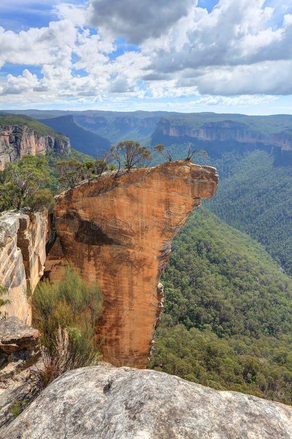 Vista de las montañas azules NSW Australia de la roca de la ejecución imagenes de archivo