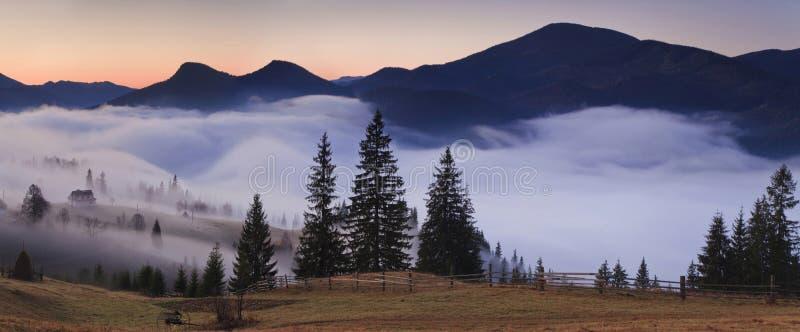 Vista de las montañas brumosas de la niebla imagen de archivo