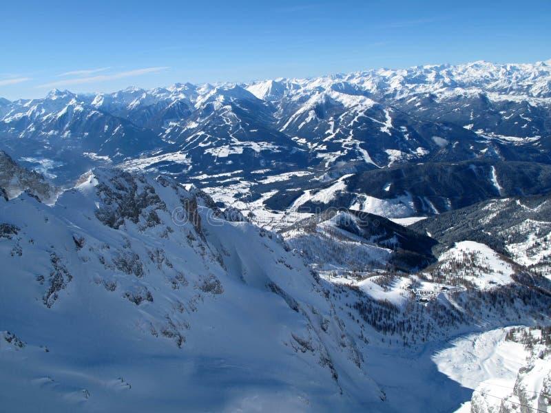 Vista de las montañas del invierno en Schladming - Dachstein fotografía de archivo