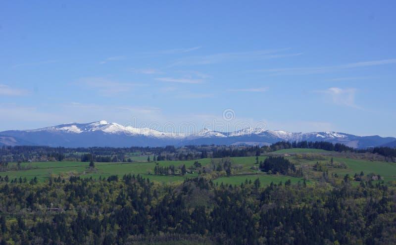 Vista de las montañas más bajas de la cascada de la casa de Vista, Oregon foto de archivo libre de regalías