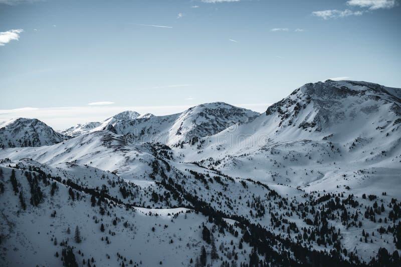 Vista de las montañas nevadas de Nocky en las montañas austríacas Puesta del sol sobre los picos blancos imagen de archivo libre de regalías