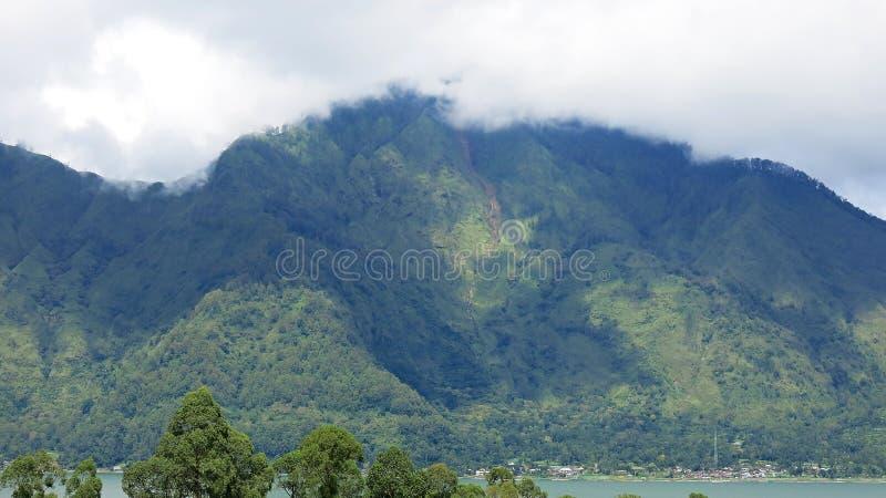 Vista de las monta?as de Batur y del lago En el sitio de aguas termales naturales debajo del volc?n de Batur, en el re de la mont imagen de archivo