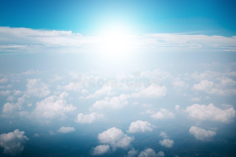 Vista de las nubes del cielo sobre las nubes de la ventana del aeroplano con el filtro de color retro de la luz del sol foto de archivo libre de regalías