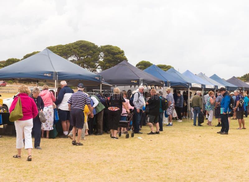 Vista de las personas que asisten al mercado al aire libre foto de archivo