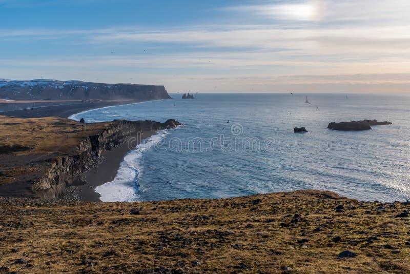 Vista de las pilas del mar de Reynisdrangar de Dyrholaey, Islandia fotografía de archivo libre de regalías